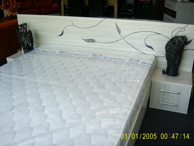 Рисувана спалня с релефни флорални мотиви