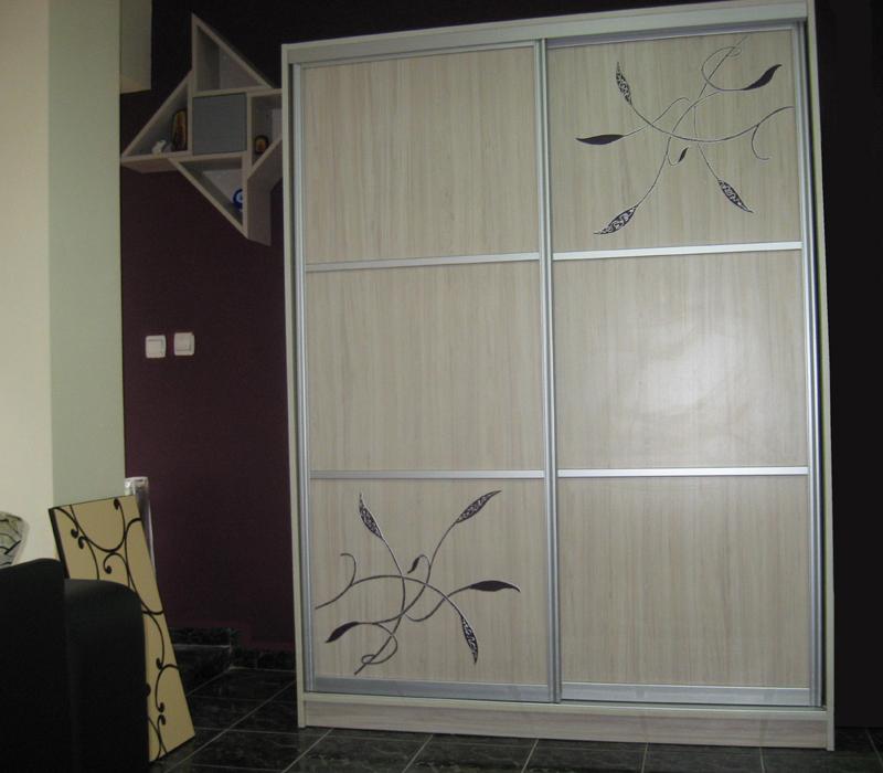 Рисуван гардероб с флорални мотиви