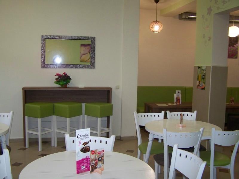 Състаряване на мебели в кафене