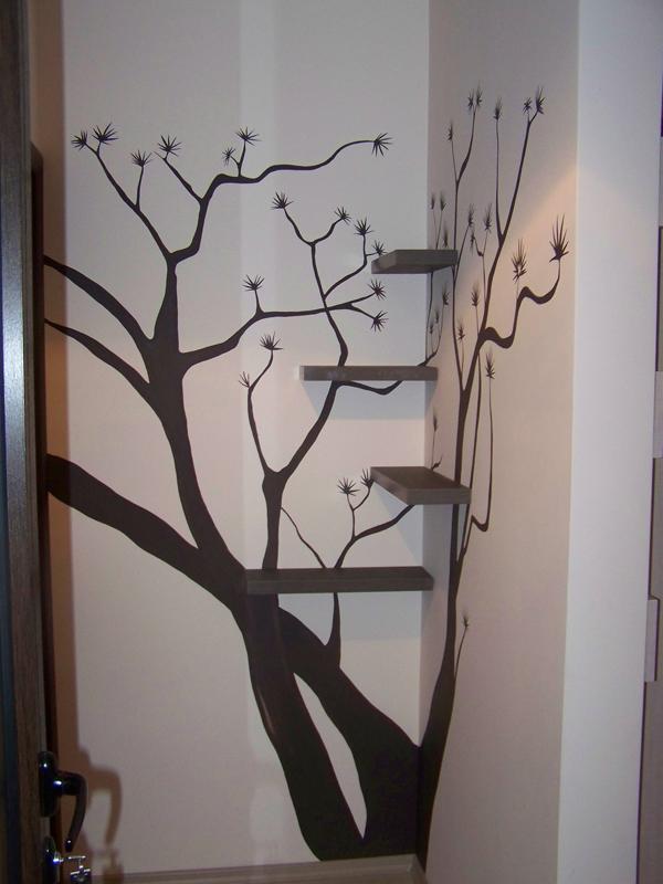 Рисувано дърво в коридор