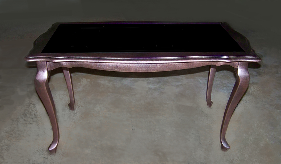 Нестандартно боядисана маса с черно стъкло
