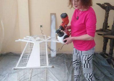 ръчно изрязване и боядисване на закачалки по проект