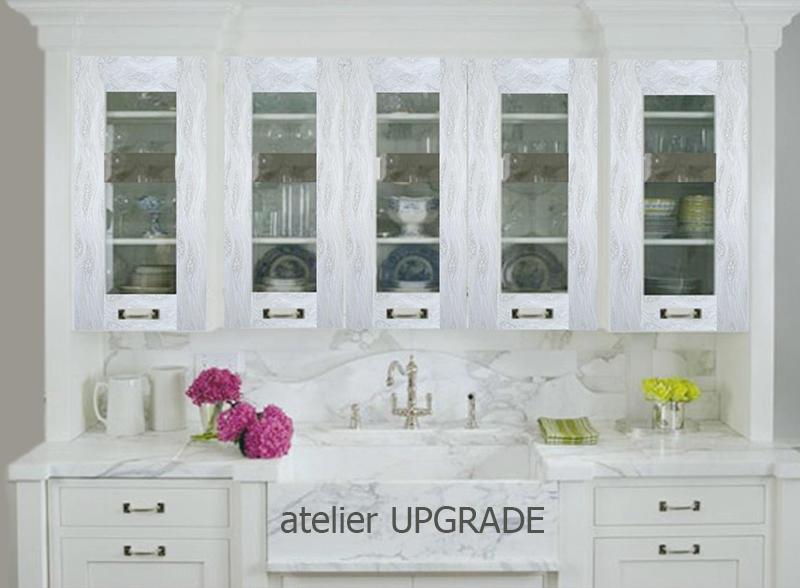 Кухня с релефни рисунки на витрините