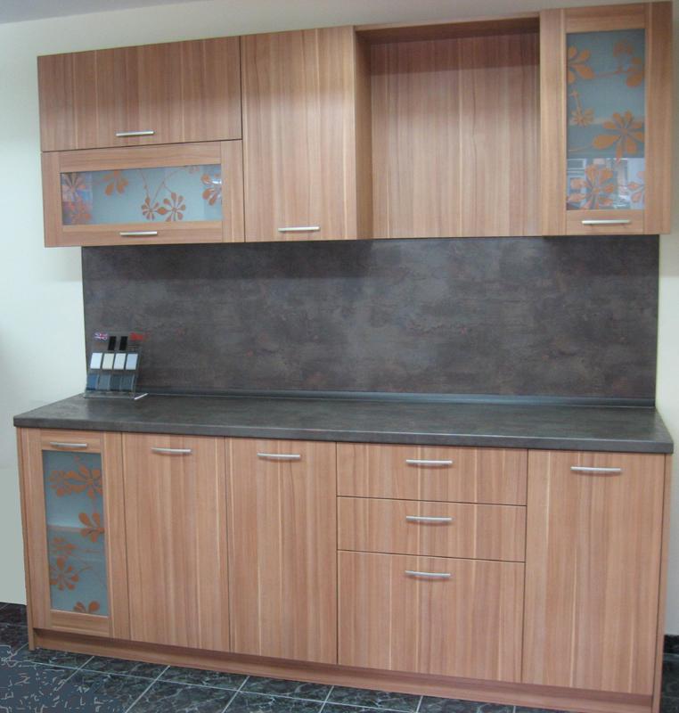 Кухня с рисувани витрини