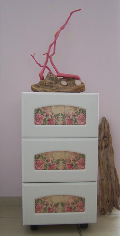 Арт шкафче с флорални мотиви
